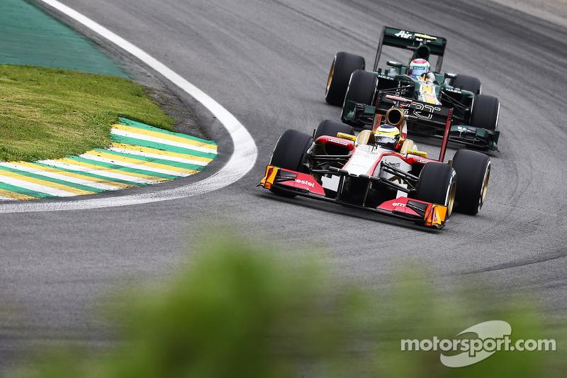Pedro De La Rosa, HRT Formula 1 Team davanti a Vitaly Petrov, Caterham