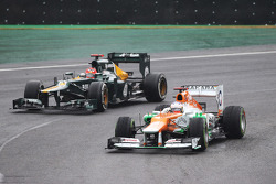 Paul di Resta, Sahara Force India passes Heikki Kovalainen, Caterham