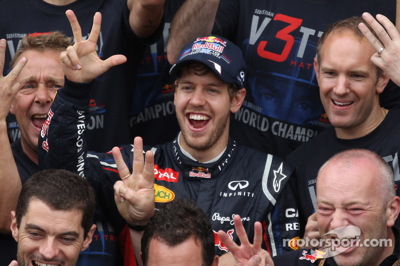 Sebastian Vettel, Red Bull Racing viert met en Adrian Newey, Red Bull Racing Chief Technical Officer en Christian Horner, Red Bull Racing Team Principal
