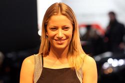 Une ambassadrice du stand Mercedes