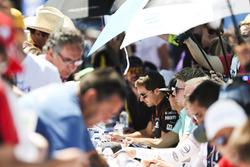 Oliver Turvey, NEXTEV TCR Formula E Team, signs autographs