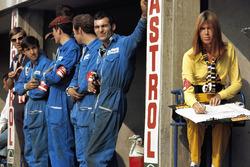 Marta mekanikerleri ve Jackie Stewart'ın eşi Helen