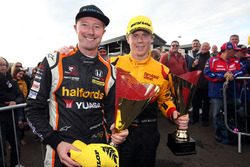2. Gordon Shedden, Team Dynamics Honda Civic Type R, mit Rory Butcher, Team Shredded Wheat Racing with Duo Ford Focus