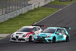 Давит Каджая, GE-Force, Alfa Romeo Giulietta TCR, и Роб Хафф, Leopard Racing Team WRT, Volkswagen Golf GTi TCR