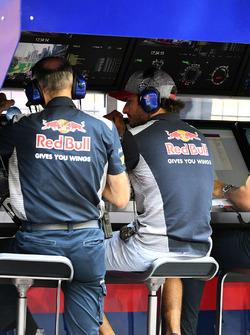 Carlos Sainz Jr., Scuderia Toro Rosso on the pit wall gantry in FP1