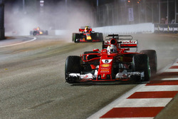 Sebastian Vettel, Ferrari SF70H, Max Verstappen, Red Bull Racing RB13, nel giro di formazione