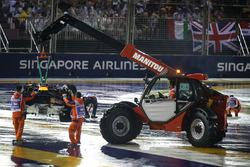 La voiture de Max Verstappen, Red Bull Racing RB13 est ramenée par les commissaires après son accident en début de course
