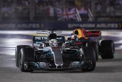 Льюис Хэмилтон, Mercedes AMG F1 W08, и Даниэль Риккардо, Red Bull Racing RB13