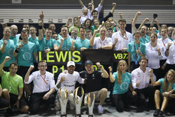 Race winner Lewis Hamilton, Mercedes AMG F1, third place Valtteri Bottas, Mercedes AMG F1, celebrate with the team