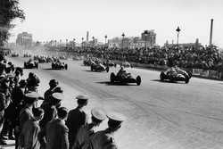 Alberto Ascari, Ferrari 375F1, leads at the start