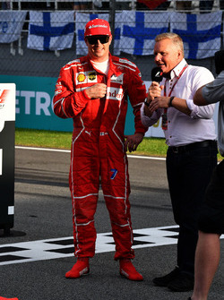 Гонщик Ferrari Кими Райкконен и ведущий Sky Sport Джонни Херберт