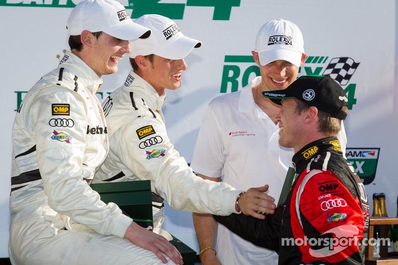 GT victory lane: Klasse-winnaars Oliver Jarvis, Edoardo Mortara, Dion von Moltke vieren het resultaat met Frank Stippler