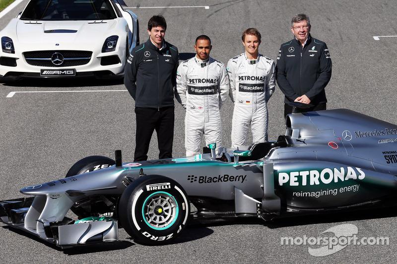 Виконавчий директор Mercedes AMG F1 Тото Вольфф, Льюіс Хемілтон, Ніко Росберг та керівник команди Росс Барун із новим Mercedes AMG F1 W04