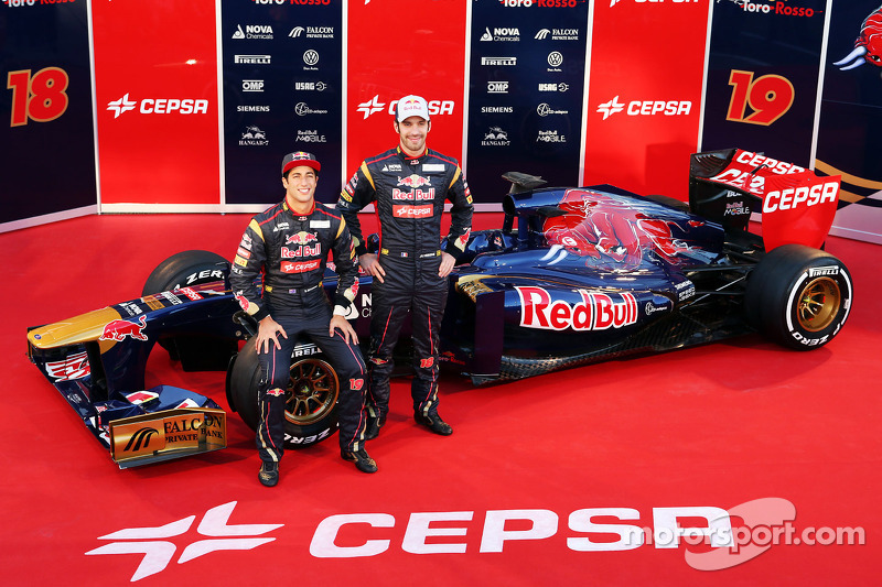 Daniel Ricciardo, Scuderia Toro Rosso en teamgenoot Jean-Eric Vergne, Scuderia Toro Rosso STR8 met de nieuwe Scuderia Toro Rosso STR8