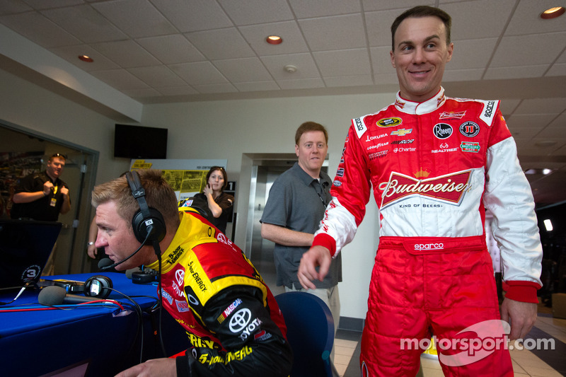 Clint Bowyer, Michael Waltrip Racing Toyota en Kevin Harvick, Richard Childress Racing Chevrolet lachen