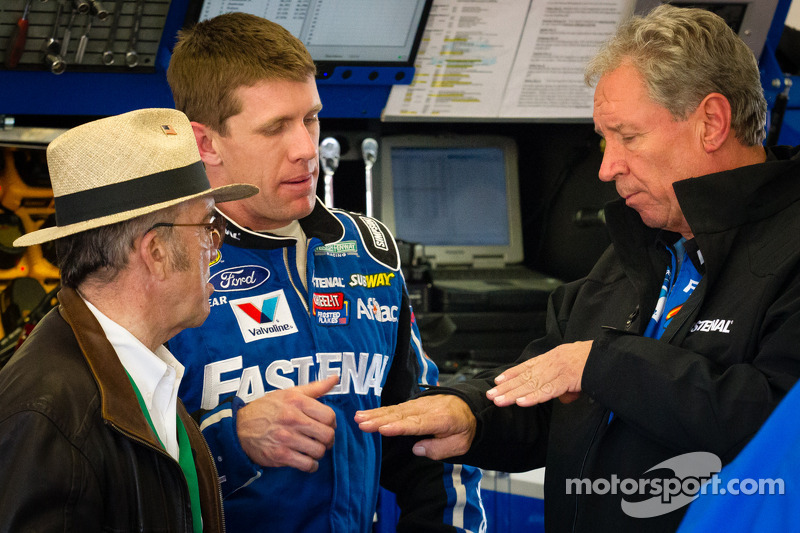 Carl Edwards, Roush Fenway Racing Ford back in de pits na de crash, met Jack Roush en Jimmy Fenning