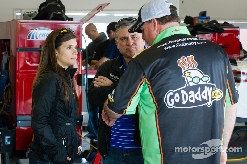 Danica Patrick, Stewart-Haas Racing Chevrolet met father T.J. en crew chief Tony Gibson