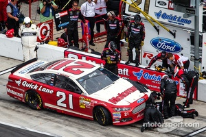 Trevor Bayne, Wood Brothers Racing Ford on pit road with damage