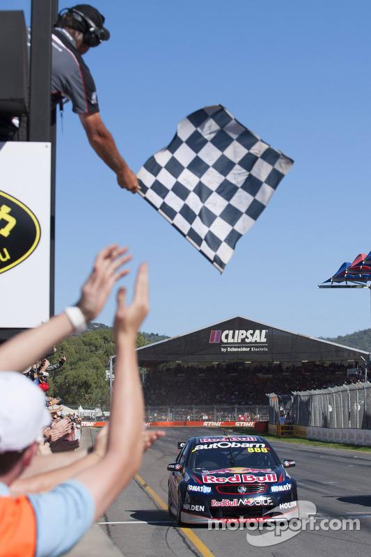 Craig Lowndes, Red Bull Holden, leva a bandeira quadriculada
