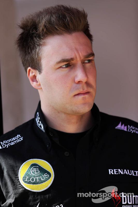 Davide Valsecchi, terceiro piloto da Lotus F1 E21, nos boxes