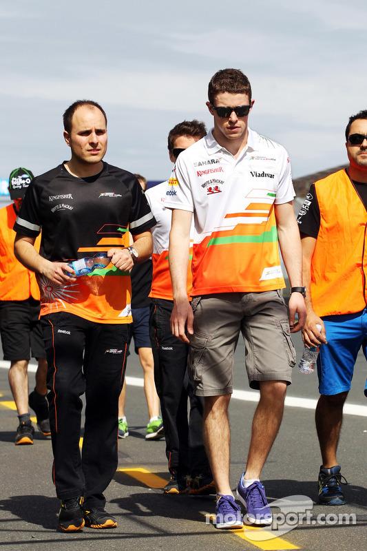 Paul di Resta, Sahara Force India F1 caminha no circuito com Gianpiero Lambiase, Sahara Force India