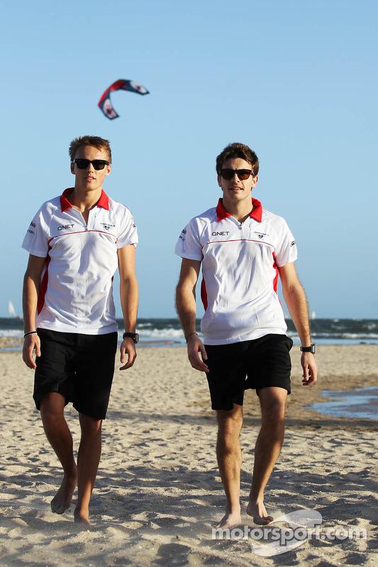 Max Chilton, Marussia F1 Team na praia com parceiro Jules Bianchi, Marussia F1 Team