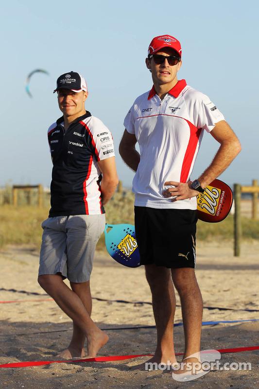 Jules Bianchi, Marussia F1 Team, e Valtteri Bottas, Williams joga frescobol