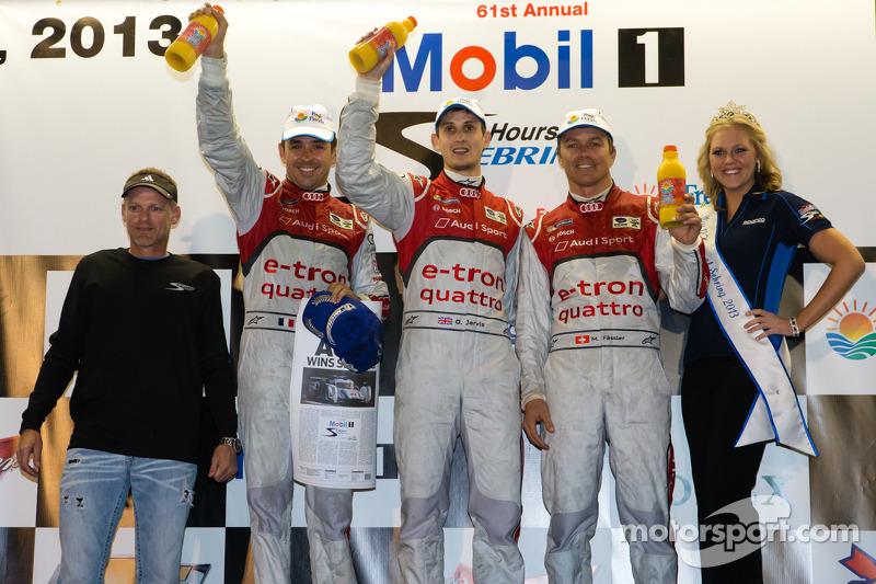 Klasse-winnaars podium: P1-winnaars Oliver Jarvis, Marcel Fässler, Benoit Tréluyer vieren de zege