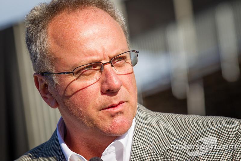 Onthulling Dan Wheldon Memorial en Victory Circle: President of Race Operations IndyCar Brian Barnha