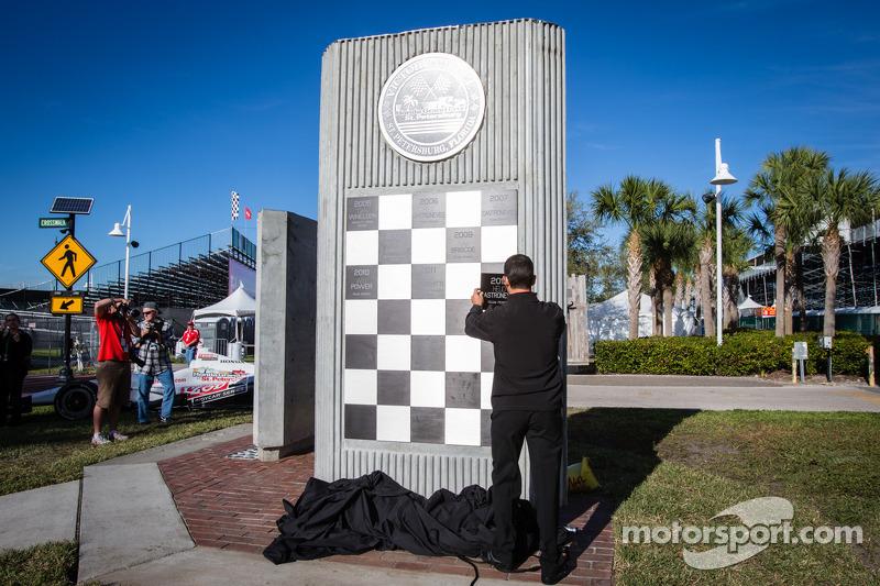 Onthulling Dan Wheldon Memorial en Victory Circle: Helio Castroneves zet zijn naam op het monument met de eerste zege
