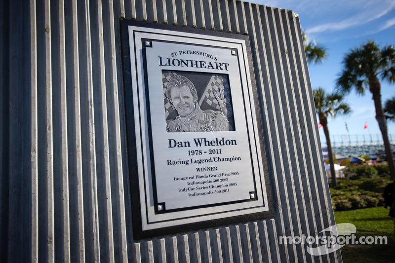 Onthulling Dan Wheldon Memorial en Victory Circle: Dan Wheldon Memorial detail