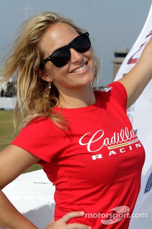 Cadillac; Menina segura bandeira