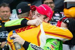 Pós-corrida: vencedor, James Hinchcliffe, Andretti Autosport Chevrolet comemora com Ryan Hunter-Rea