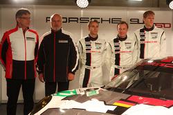 Chefe da Porsche Motorsport Hartmut Kristen, Olaf Manthey, Jörg Bergmeister, Patrick Pilet and Timo Bernhard com o Porsche 911 RSR