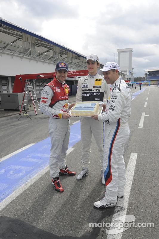 Jamie Green, Audi Sport Team Abt Sportsline Christian Vietoris, Team HWA, Andy Priaulx, BMW Team RMG, segurando o bolo de aniversário
