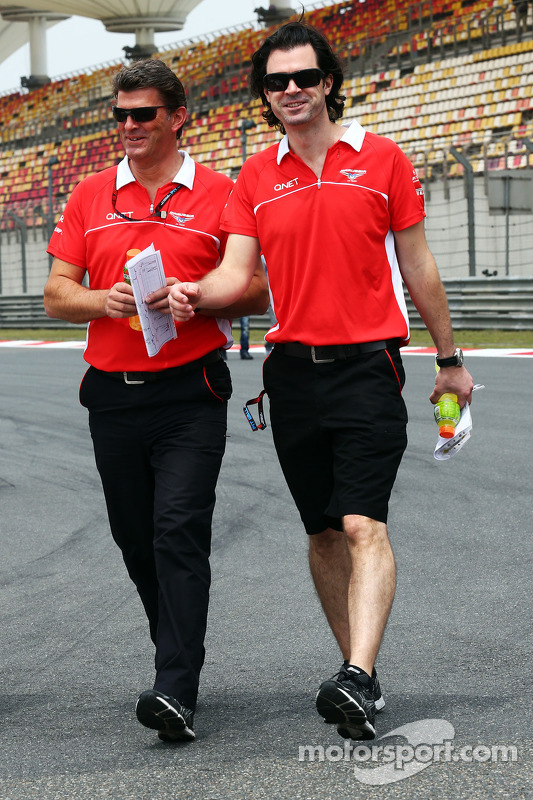 Graeme Lowdon, Chefe Executivo da Marussia F1 Team e Marc Hynes,Coach dos pilotos da Marussia F1 Team andam pelo circuito