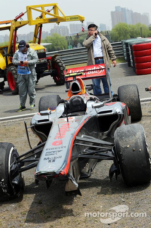McLaren MP4-28 de Sergio Perez, McLaren após bater no entrada dos boxes no fim do primeiro treino