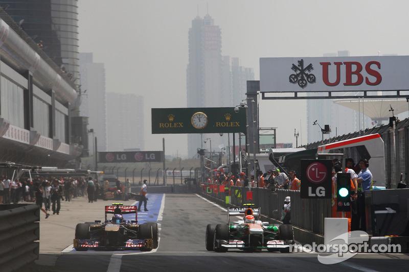 Daniel Ricciardo, Scuderia Toro Rosso STR8 en Adrian Sutil, Sahara Force India VJM06 verlaten