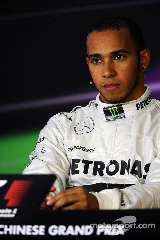 Pole sitter Lewis Hamilton, Mercedes AMG F1 na coletiva da FIA
