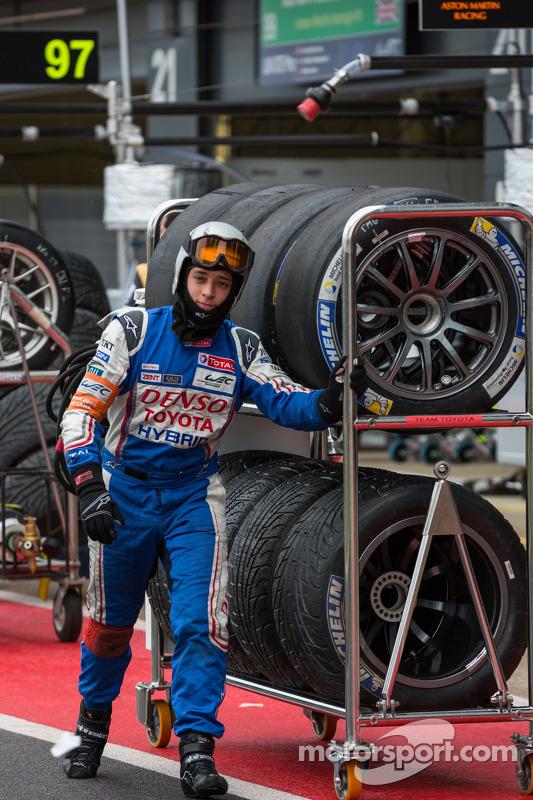 Toyota leva pneus para o grid