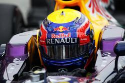 Mark Webber, y su Red Bull Racing RB9 en el parc ferme