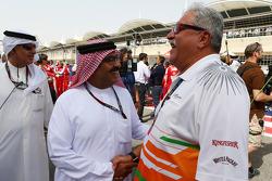 El Dr. Vijay Mallya, Sahara Force India F1 dueño del equipo en la red con Muhammad Al Khalifa, de Bahréin circuito Presidente en la parrilla
