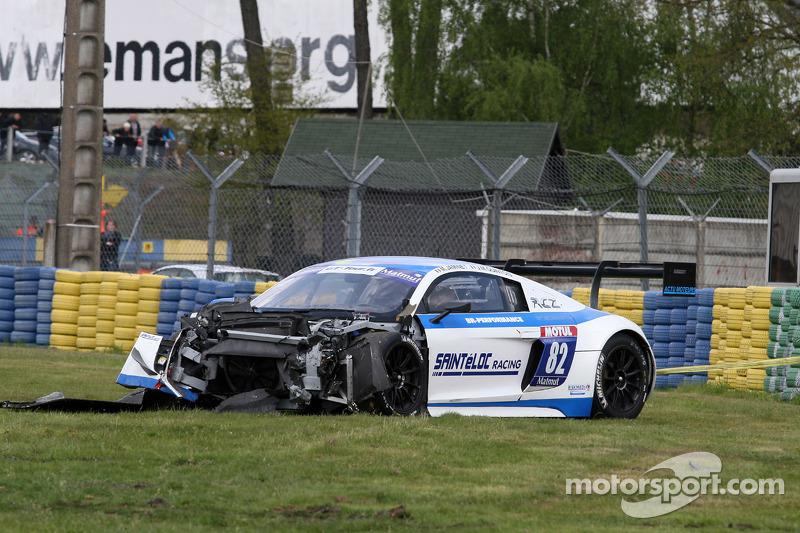 Crash voor #82 Team Saintéloc Racing BR Performance Audi R8 LMS Ultra: Jean-Marc Quintois, Mathieu J