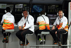 Otmar Szafnauer, Sahara Force India F1 Chief Operating Officer e Andrew Green, Sahara Force India F1 Team Diretor Técnico, no canteiro do pit