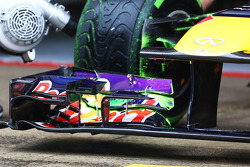 Sebastian Vettel, Red Bull Racing running flow-vis paint on the front wing