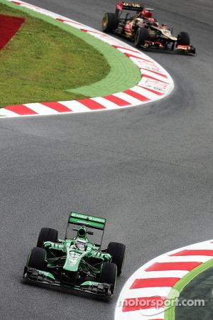 Heikki Kovalainen, Caterham Reserve Driver leads Kimi Raikkonen, Lotus F1