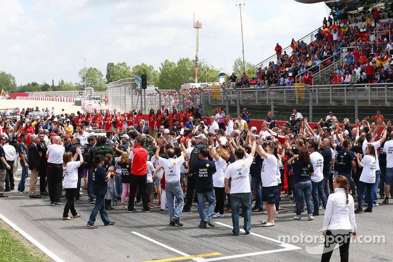 Een FIA Safe Roads-vertoning met F1-personeel