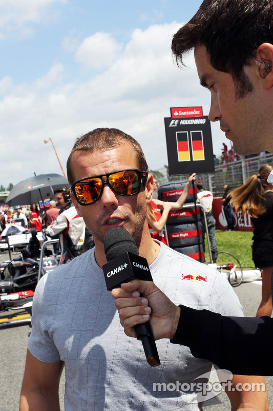 Sebastien Loeb, Porsche AG no grid com Thomas Senecal, Canal+ F1 Chief Editor e TV repórter no grid