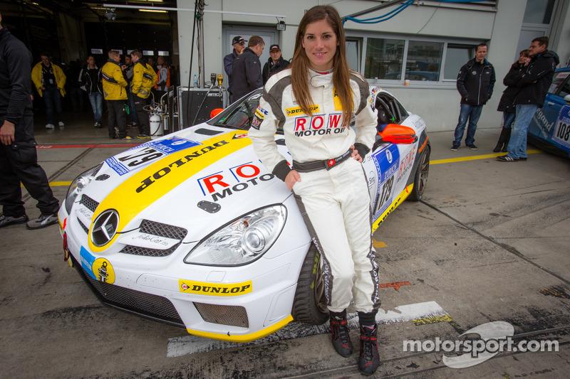 Cyndie Allemann poseert naast haar Autohaus Eugen Sing Mercedes-Benz SLK 350