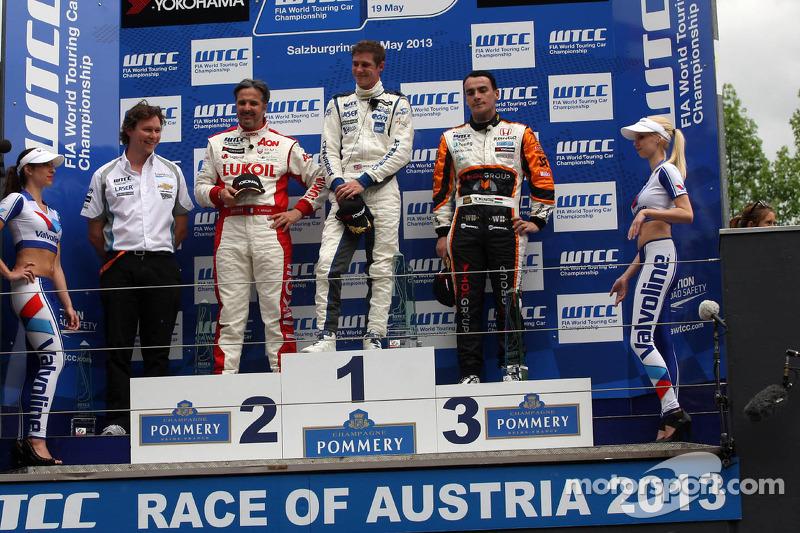 1e plaats James Nash, Chevrolet Cruze 1.6T, RML en 3e plaats voor position Norbert Michelisz, Honda